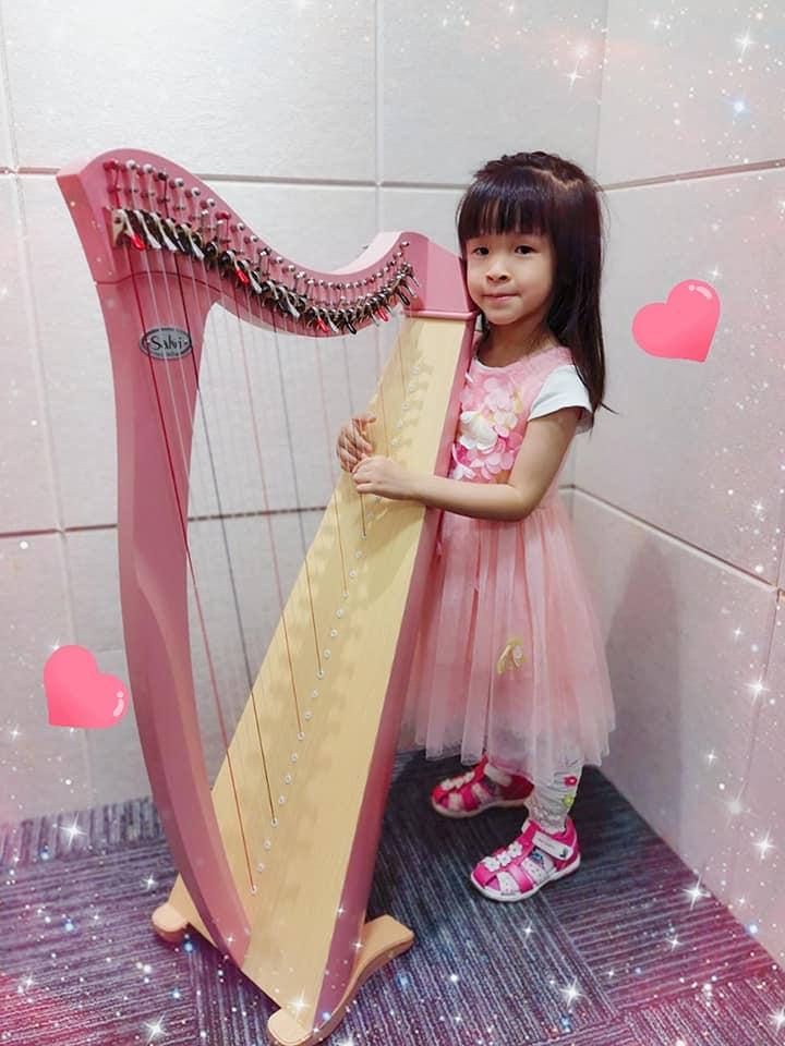 管伊文豎琴教授  音樂世界 8